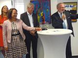 B 06. Herr Knierim und Frau bergruessen die Gaeste.JPG